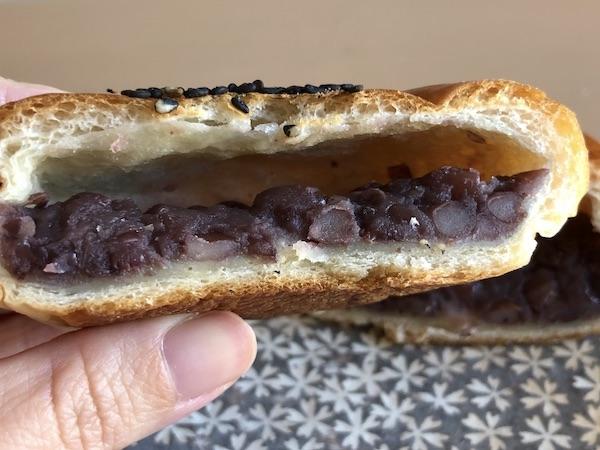 央製パン堂のつぶあんパン。餡が重い。